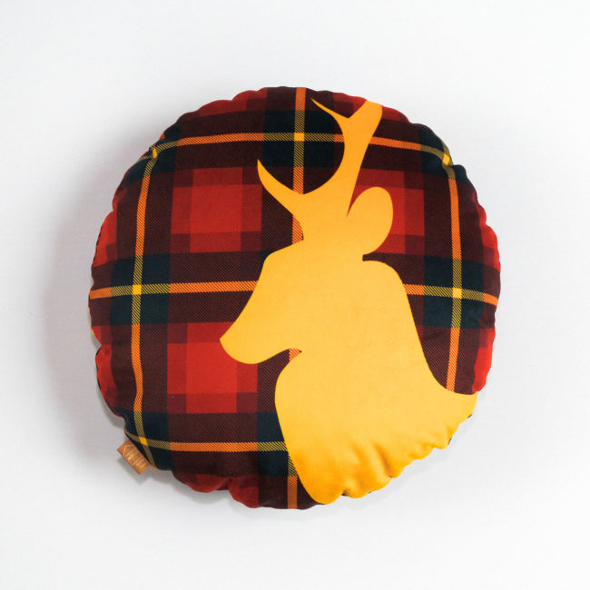 coussin-rond-cerf-rouge-2